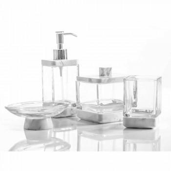 Accesorii moderne de baie, asezate in marmura Calacatta si sticla Carona